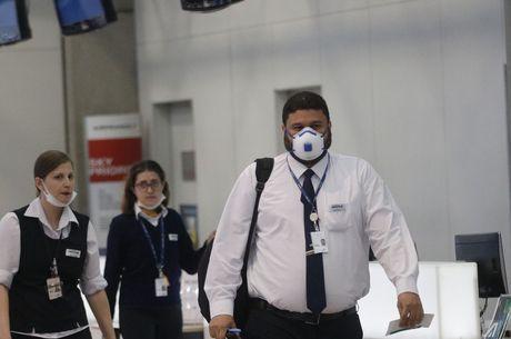 No Galeão, passageiros e funcionários usam máscaras