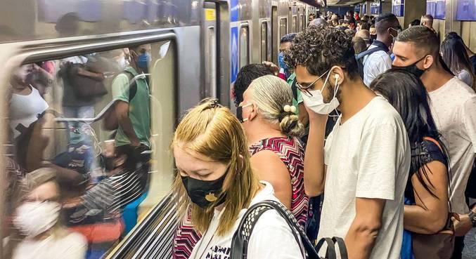 Passageiros aguardam na plataforma da Estação da Luz do Metrô de SP