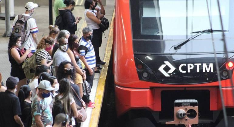 Passageiros se aglomeram à espera de trem da CPTM na Estação da Luz, no centro de São Paulo
