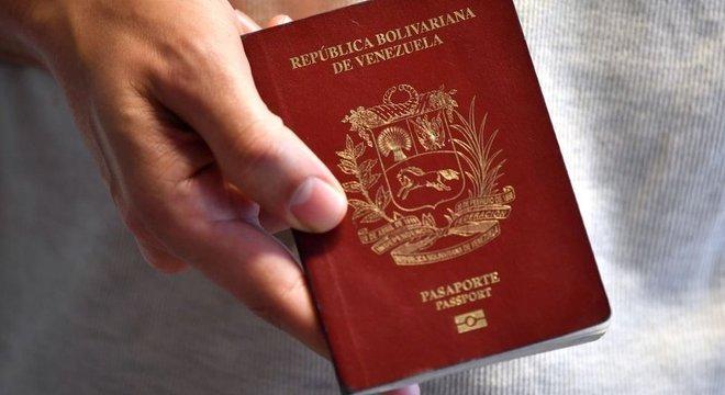Dentro e fora do seu país, venezuelanos relatam dificuldades para conseguir ou renovar passaporte