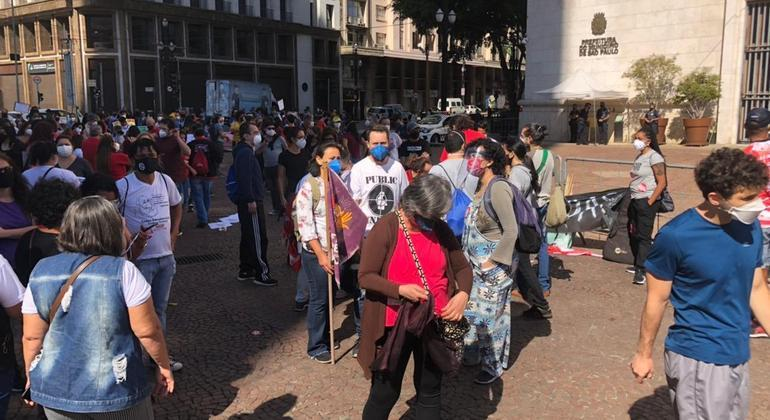 Trabalhadores da educação fazem passeata em 100 dias de greve em SP