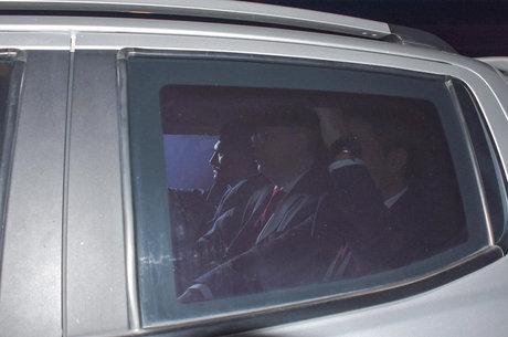 Pastor Brunson (centro) deixa o tribunal na Turquia
