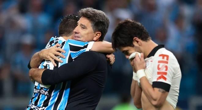 Grêmio classificado. Jogadores do Corinthians quiseram agredir Pato no vestiário