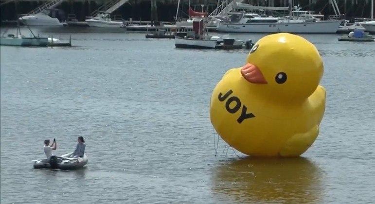 Pato inflável gigante surgiu próximo a porto dos EUA com a palavra 'alegria' estampada