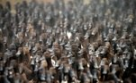 Cerca de 10 mil patos foram soltos em uma plantação de arroz após a colheita, na Tailândia, nesta terça-feira (15). Os animais são usados para devorar pragas do campo
