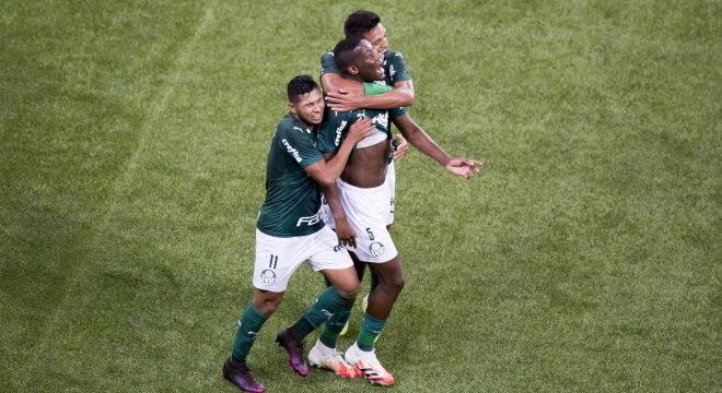 Patrick de Paula comemora primeiro gol como profissional