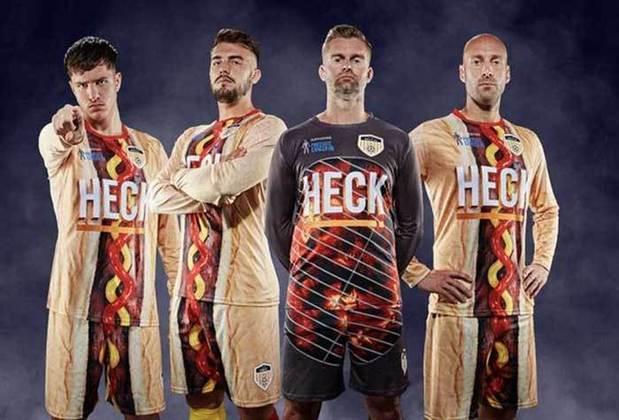 Patrocinado pela Heck Food, fábrica britânica de embutidos, o clube inglês radicalizou na sua vestimenta. A camisa e o calção formam um gigantesco Hot dog . Camisa do clube Bedale FC .