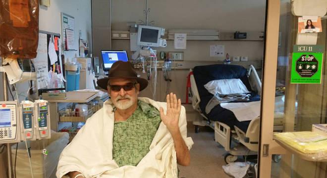 Patterson deixando o hospital onde ficou internado por meses