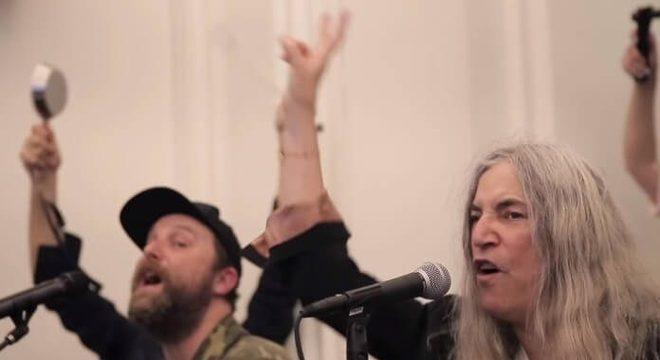 """Patti Smith canta """"People Have The Power"""" com um coral de 200 pessoas"""