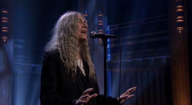 Patti Smith canta Neil Young em rara aparição na TV americana; assista