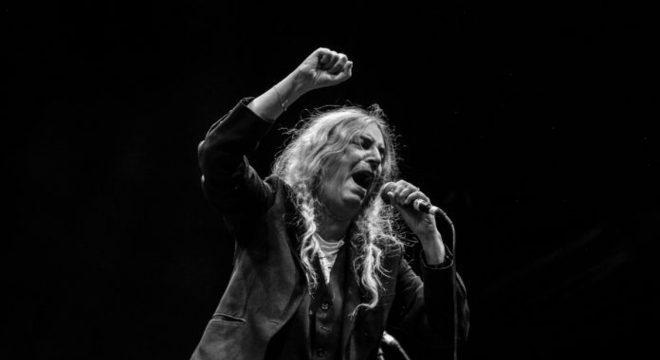 Patti Smith canta clássico com jornalistas no Chile; vídeo