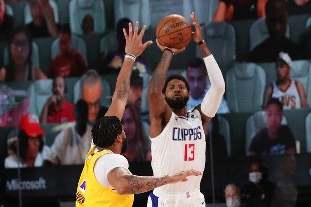 Paul George (Los Angeles Clippers) anotou 30 pontos na derrota de sua equipe na volta dos jogos da NBA. O atleta foi o cestinha do Clippers, mas ficou pendurado com faltas quase o jogo todo. Ele acertou seis cestas de três em 11 tentativas, pegou cinco rebotes e roubou três bolas