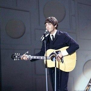 Paul McCartney com seu violão Epiphone