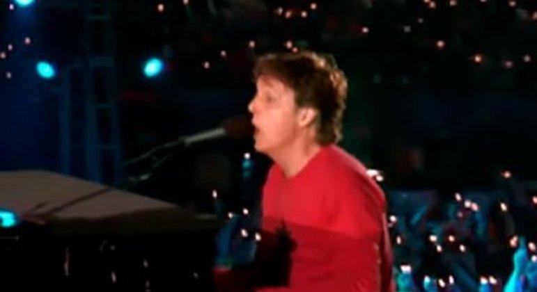 """Paul McCartney foi o primeiro e único dos Beatles a se apresentar no Super Bowl. Ele cantou as famosas Drive My Car"""", """"Get Back"""" e """"Hey Jude"""", fazendo um show de muito sucesso."""
