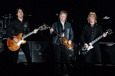 Paul com sua banda no palco