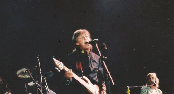 Paul no palco do Maracanã cantando