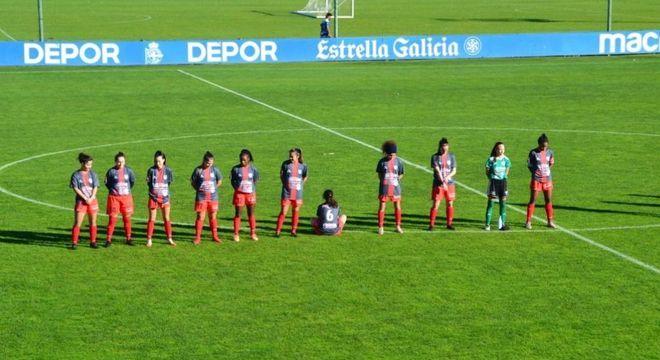 Paula Dapena ficou sentada e de costas no minuto de silêncio para Maradona