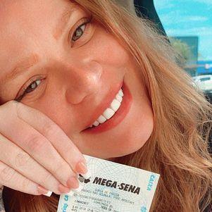 Paula mostrou bilhete premiado na web