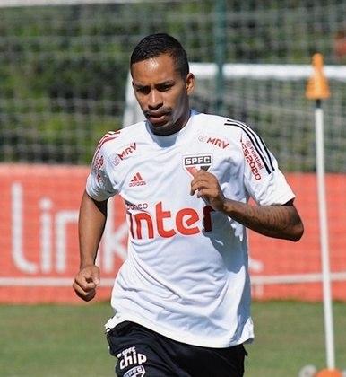 Paulinho Boia - voltando de empréstimo, está treinando com o grupo nessa retomada das atividades, mas vai sofrer para ganhar espaço.