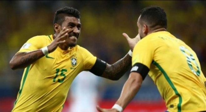 Paulinho comemora gol com Renato Augusto na Seleção