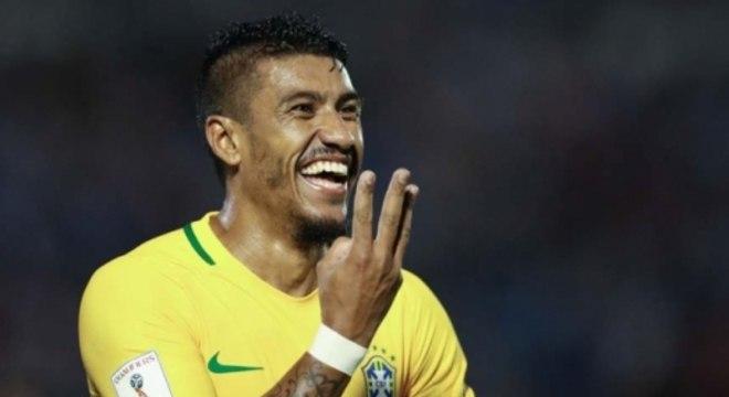 Paulinho comemora gol pela Seleção