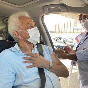 Paulinho da Viola recebe vacina