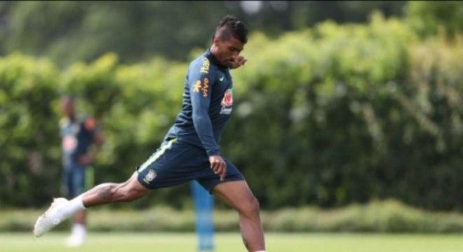 Paulinho em treino da Seleção