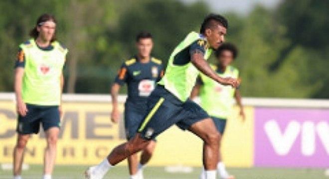 Paulinho em treino pela Seleção