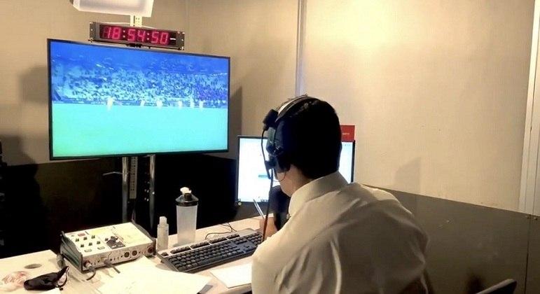 Paulo Andrade, dos canais esportivos da Disney, narrando o título do Villarreal sobre o Manchester United pela Liga Europa
