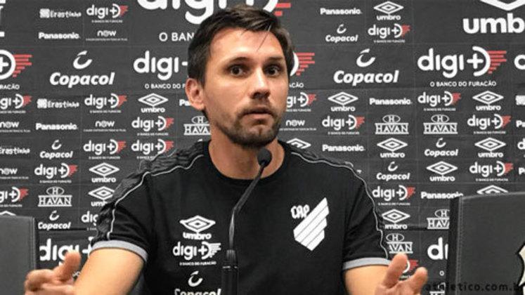 Paulo André -  zagueiro - 37 anos - aposentado, recentemente trabalhava como dirigente do Athletico-PR, mas pediu demissão. Está sem clube.