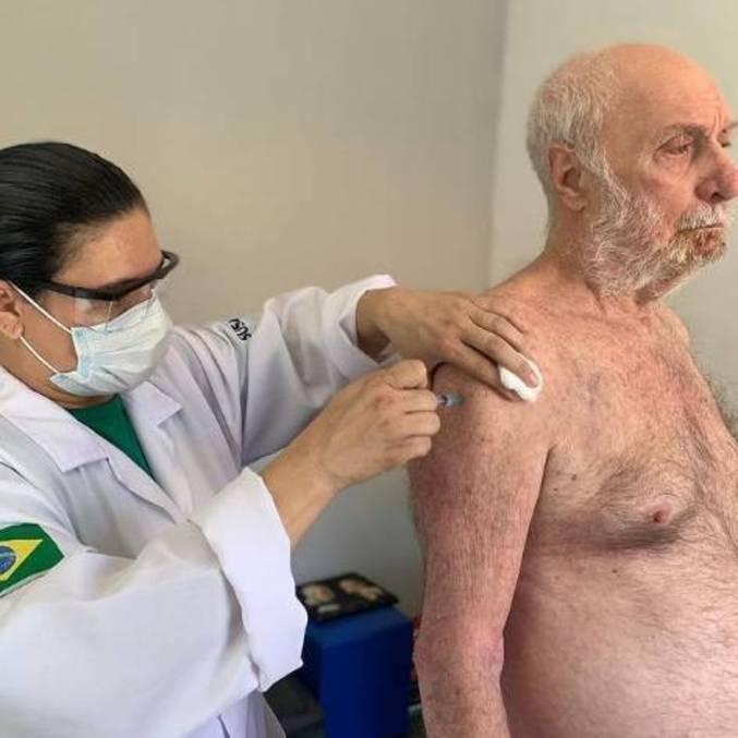 Paulo César Pereio recebe a primeira dose da vacina contra a covid-19