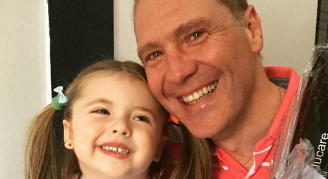 """Paulo Guerra, de 50 anos, é dos brasileiros que se livrou de uma arma recentemente. Guerra tem uma filha de cinco anos, Giovana. """"Hoje em dia não teria arma em casa de jeito nenhum, com uma criança que mexe em tudo na casa"""", diz."""