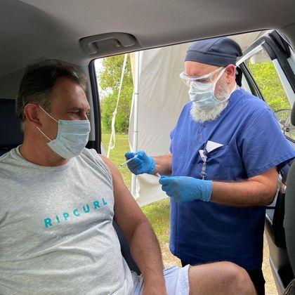 Paulo Goulart Filho recebeu a primeira dose da vacina contra acovid-19, no dia 26 de março, nos Estados Unidos. Em uma rede social, o ator de 56 anos mostrou por meio de um vídeo a fila de carros que se fez para os interessados na imunização
