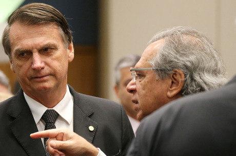 Bolsonaro faz brincadeira com Paulo Guedes em evento
