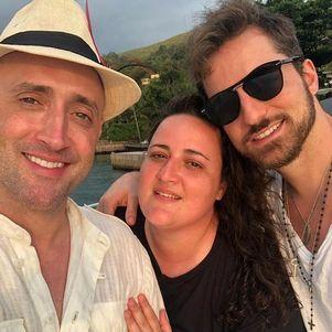 Paulo Gustavo ao lado da irmã e do marido