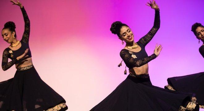 Payal Kadakia (ao centro) tem sua própria companhia de danças tradicionais da Índia