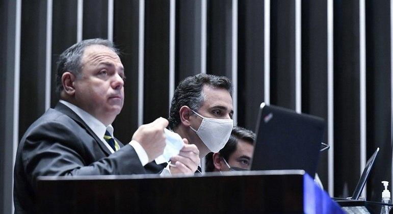 O ministro Eduardo Pazuello ao lado do presidente do Senado, Rodrigo Pacheco