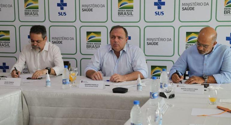 O ministro da Saúde, Eduardo Pazuello, ao lado de secretários em reunião virtual com os governadores