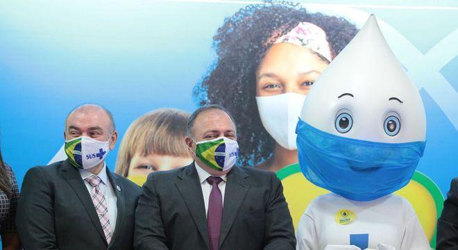 O ministro Eduardo Pazuello, no meio, em evento da multivacinação em Brasília