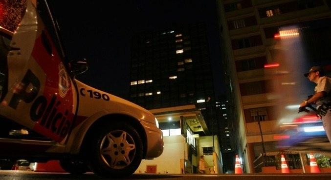 Em maio de 2006, PM aborda veículos para coibir ações do PCC em São Paulo