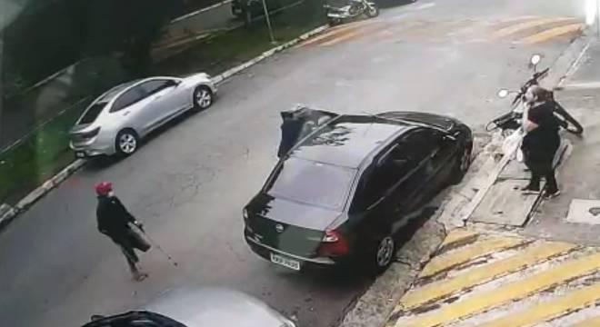 Suspeito chega a escorregar ao anunciar assalto