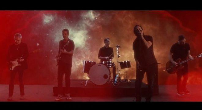 """Pearl Jam dá as caras em terceiro clipe para """"Dance of the Clairvoyants""""; assista"""