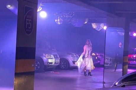 Cena de 'Amor no Drive-In - Por Favor, Não Me Covid'