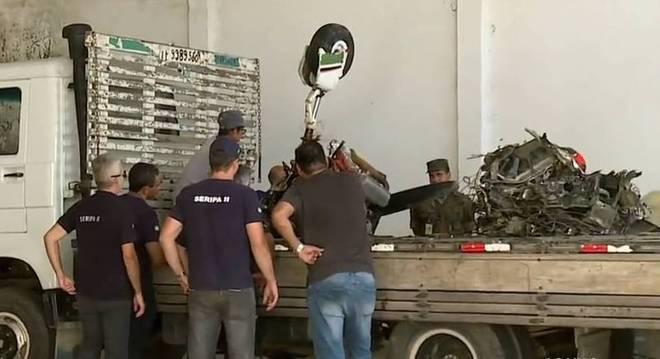 Investigadores do Cenipa analisam peças do avião levadas para um galpão