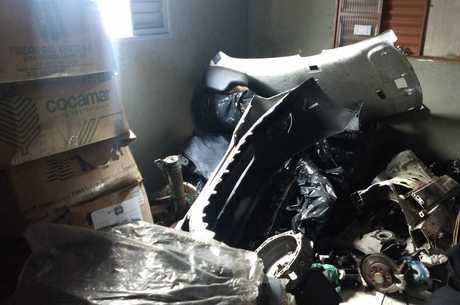 Peças de carro e um veículo ainda inteiro também foram encontrados