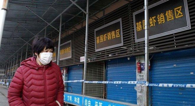 Estima-se que o primeiro surto do novo coronavírus esteja ligado a um dos 'mercados úmidos' de Wuhan, onde são vendidos animais selvagens vivos e mortos