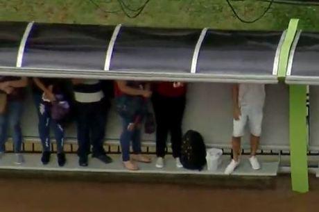 Pedestres se protegem de alagamento na Grande São Paulo