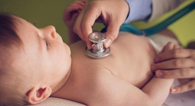 Diego Yeste recomenda levar o bebê ao endocrinologista caso apresente sintomas como crescimento acelerado e genitais pequenos