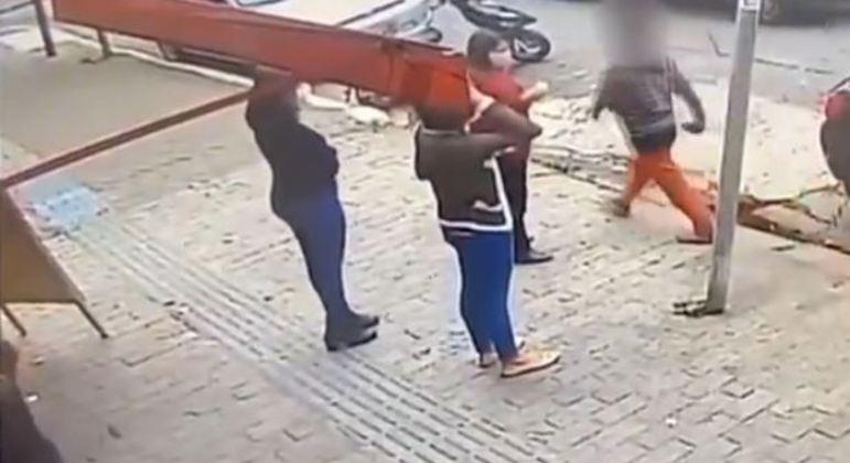 Mulher atira pedra em pedestres do Belenzinho, na zona leste de SP