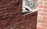 Segundo registros obtidos pelo tabloide The Sun, o orçamento da casa a qual o muro pertence é de R$ 1,4 milhão (190.000 libras)